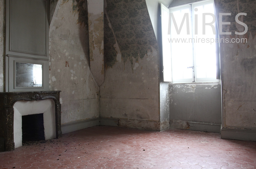 Empty and patinated room. C1533