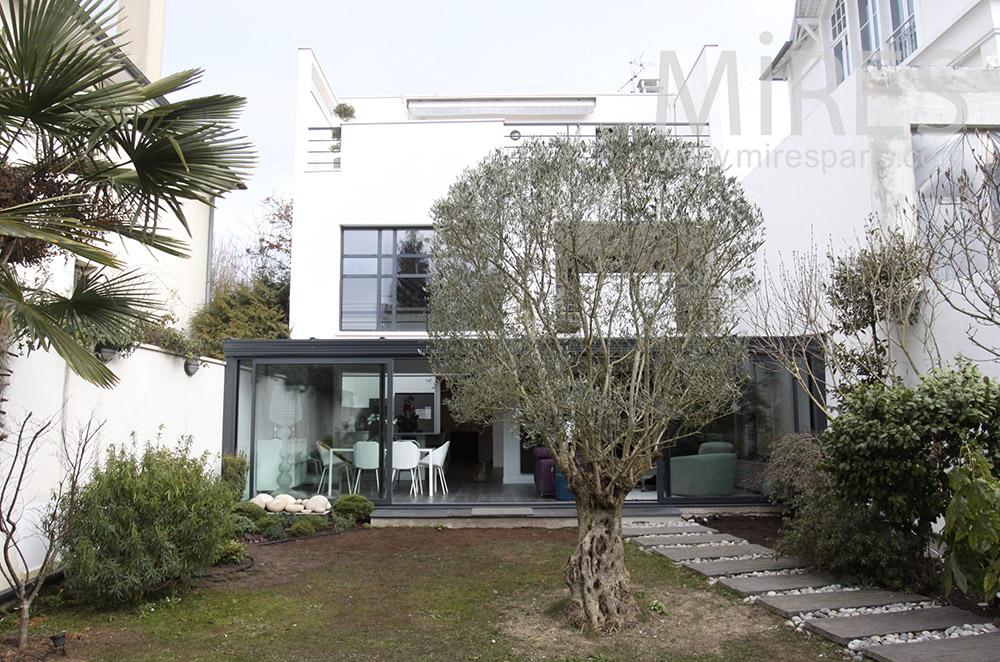 Maison moderne ouverte sur son jardin. C1543