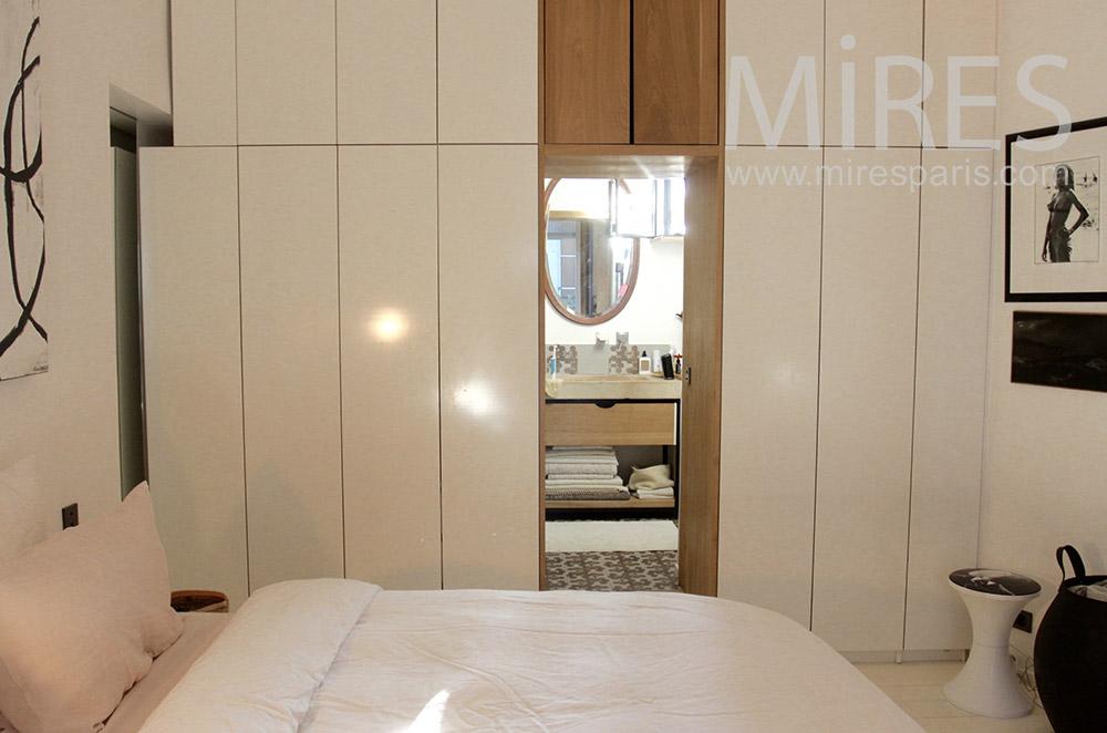 Chambre ordonnée avec salle de bain. C1544