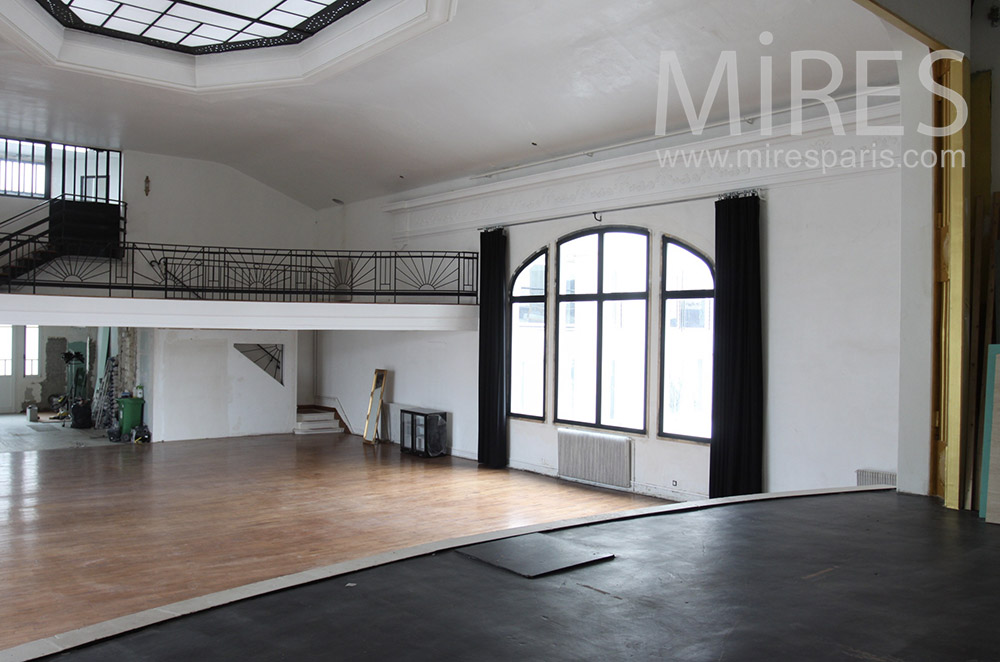 Théâtre disponible avec balcon. C1443