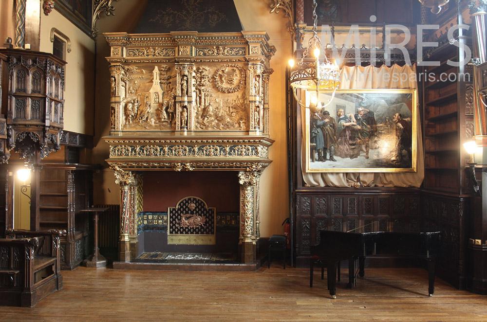 Piano et cheminée ancienne. C1549
