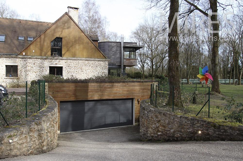 Large garage en sous-sol. C1551