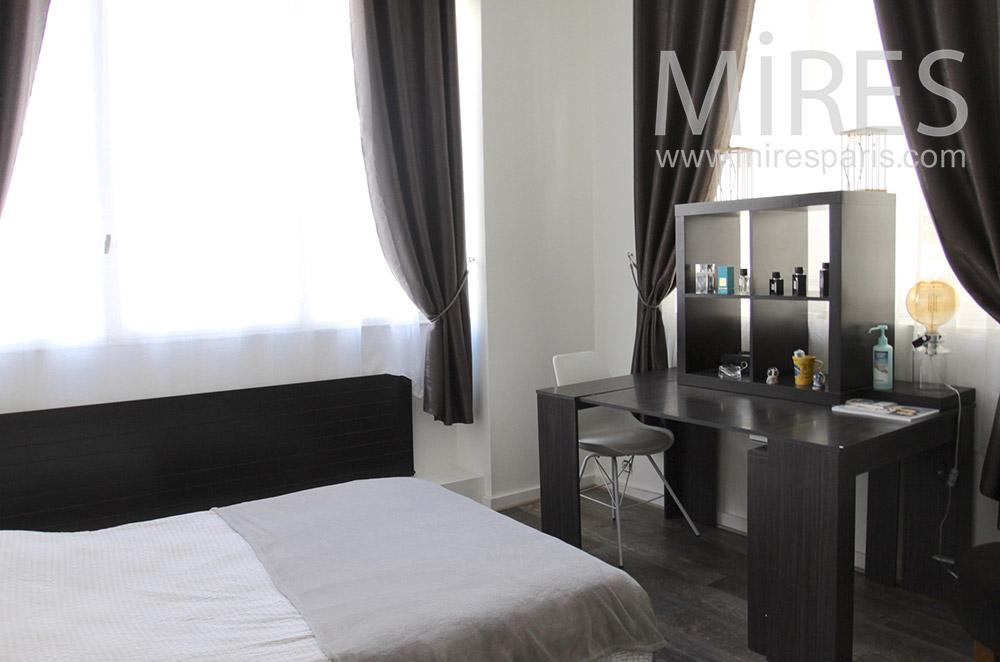 Chambre avec coiffeuse moderne. C1552