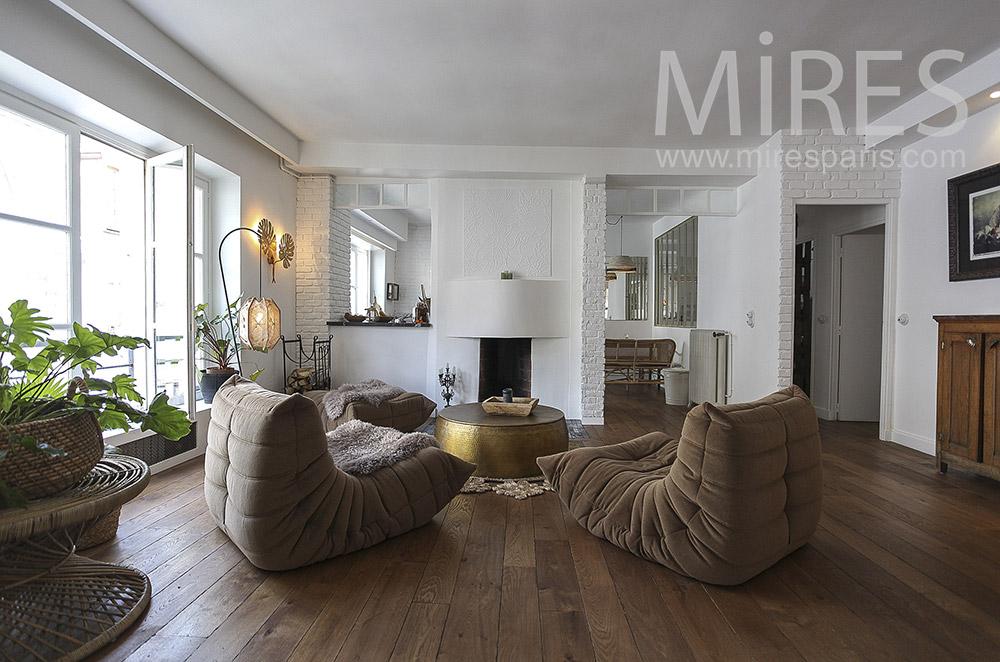 Rondeurs confortables et cheminée blanche. C1560