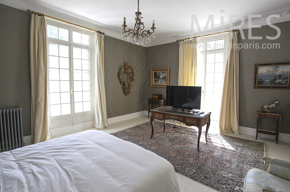 Chambre bourgeoise avec télévision. C1562