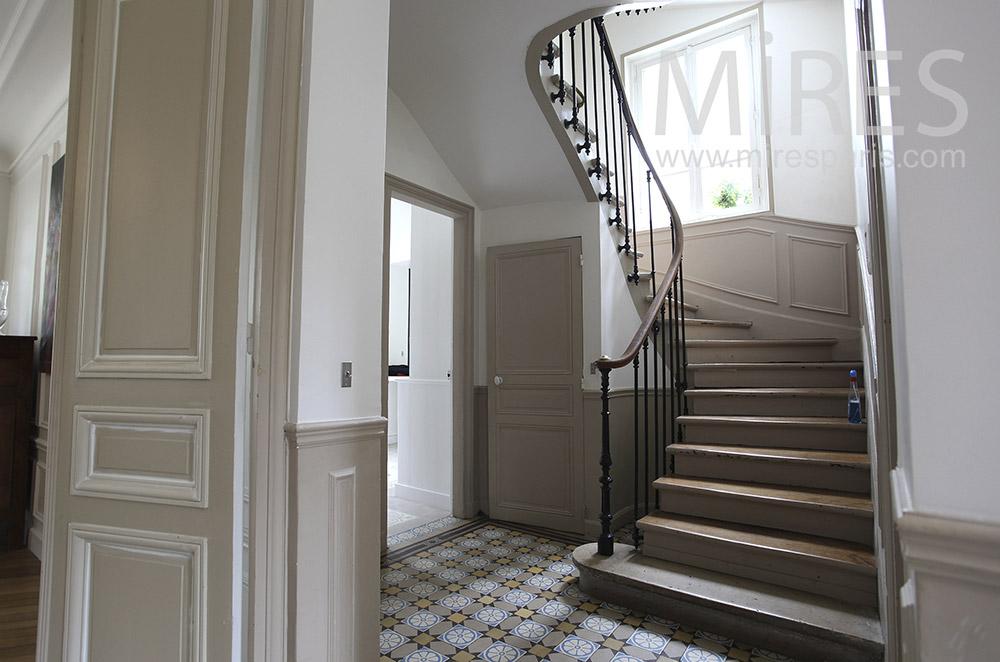 Classique escalier de bois bicolore. C1563