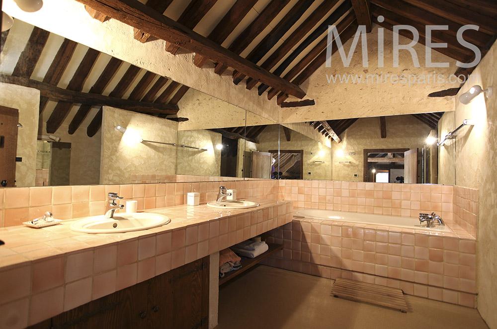 Deux salles de bains néo-rustiques. C1565