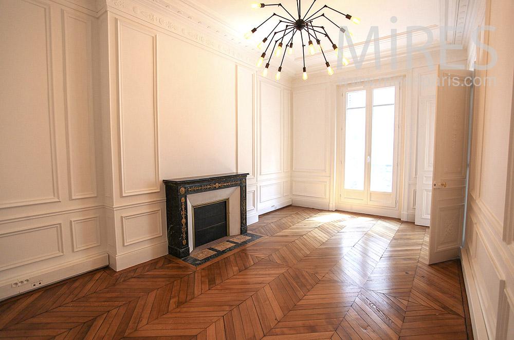 Moulures blanches, cheminée noire. C1571
