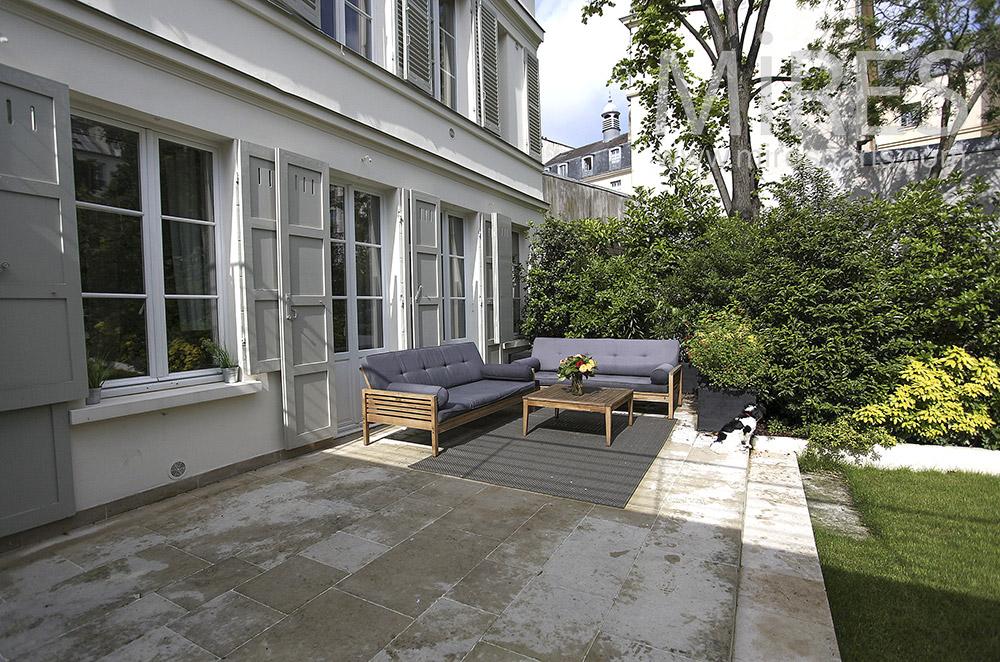 Terrasse en pierre sur jardin. C1573