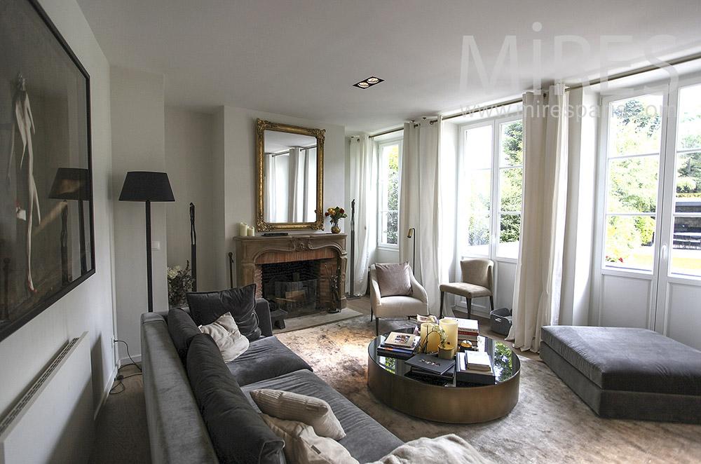 Salon avec portes fenêtres sur jardin. C1573