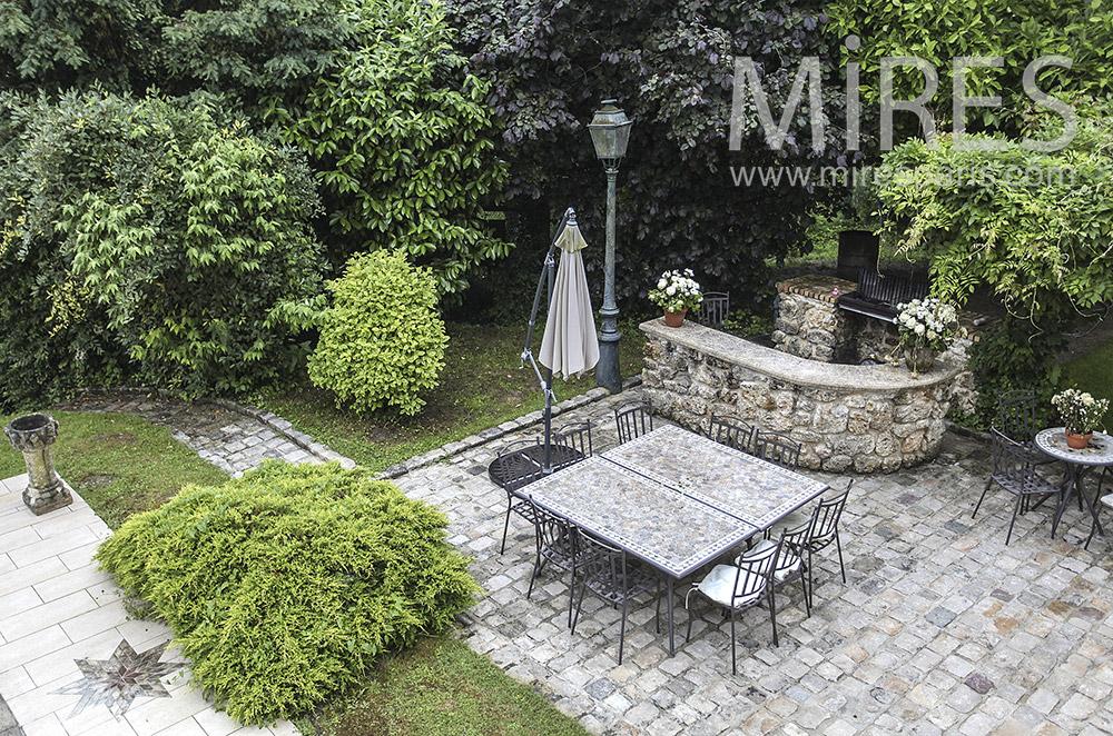 Terrasse de pierres avec réverbère. C1576
