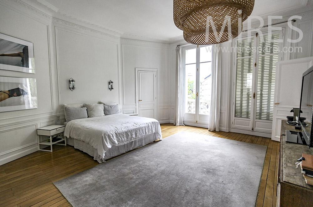 Grande chambre blanche et tapis gris. C1578