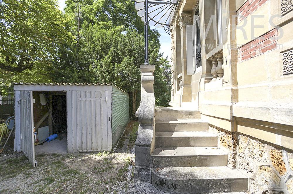 Small garden garage. C1579