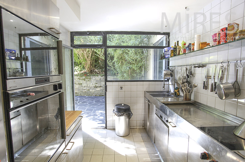 Stainless kitchen with garden access. C0411