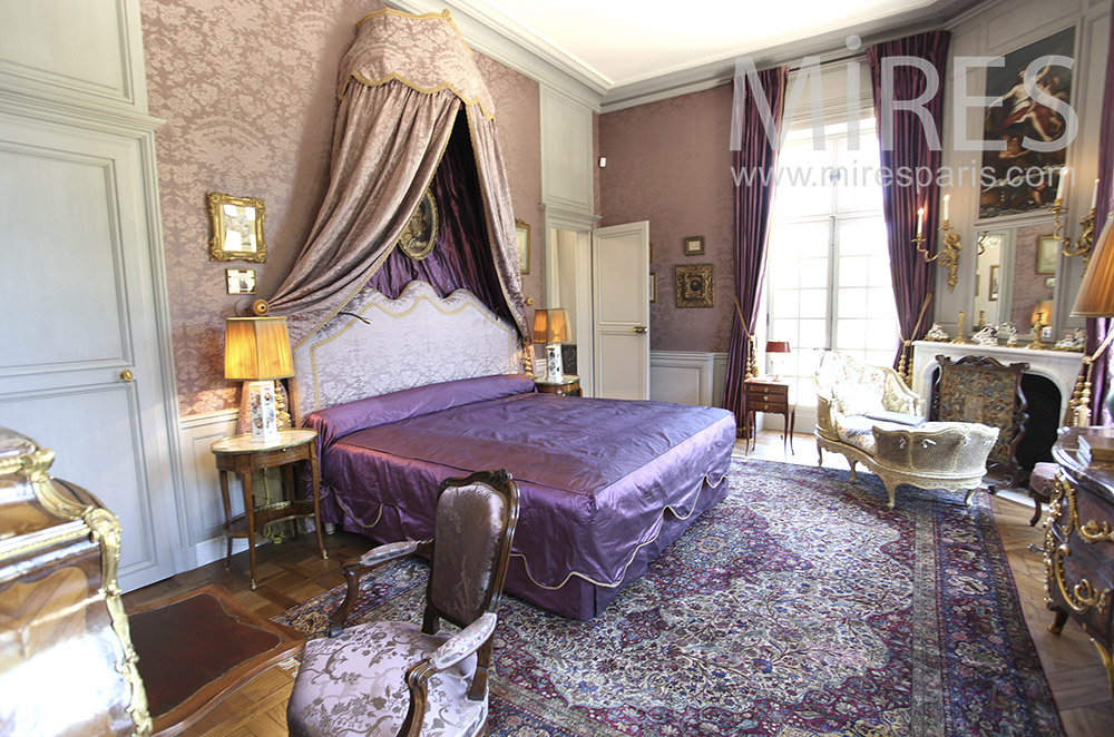 Bedroom in purple shades. C1580