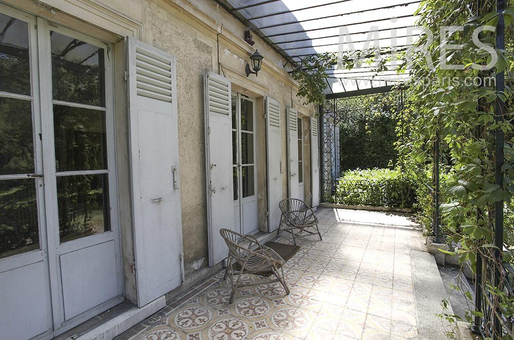 Véranda ouverte sur jardin. C1585   Mires Paris