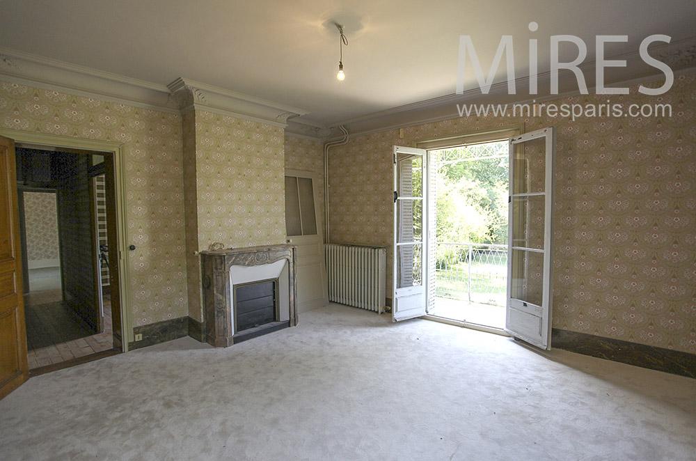 Chambre vide avec balcon sur jardin. C1585
