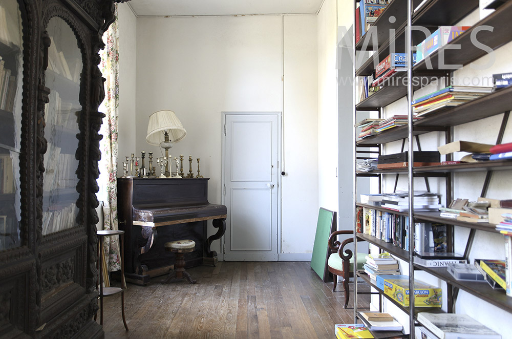 Right piano and library. C0642