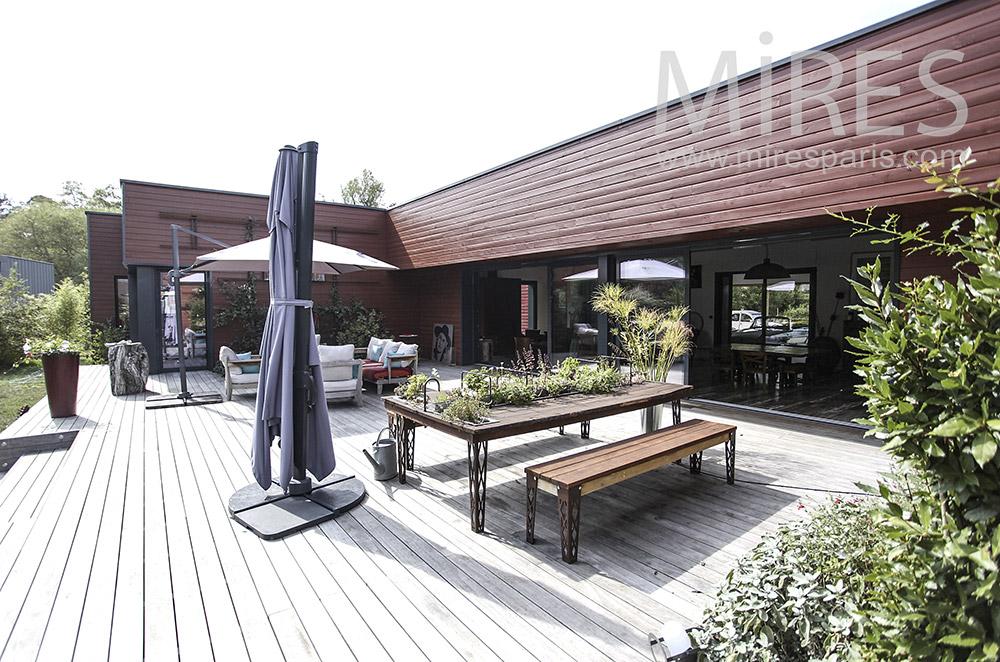 Grande terrasse en bois. C1591