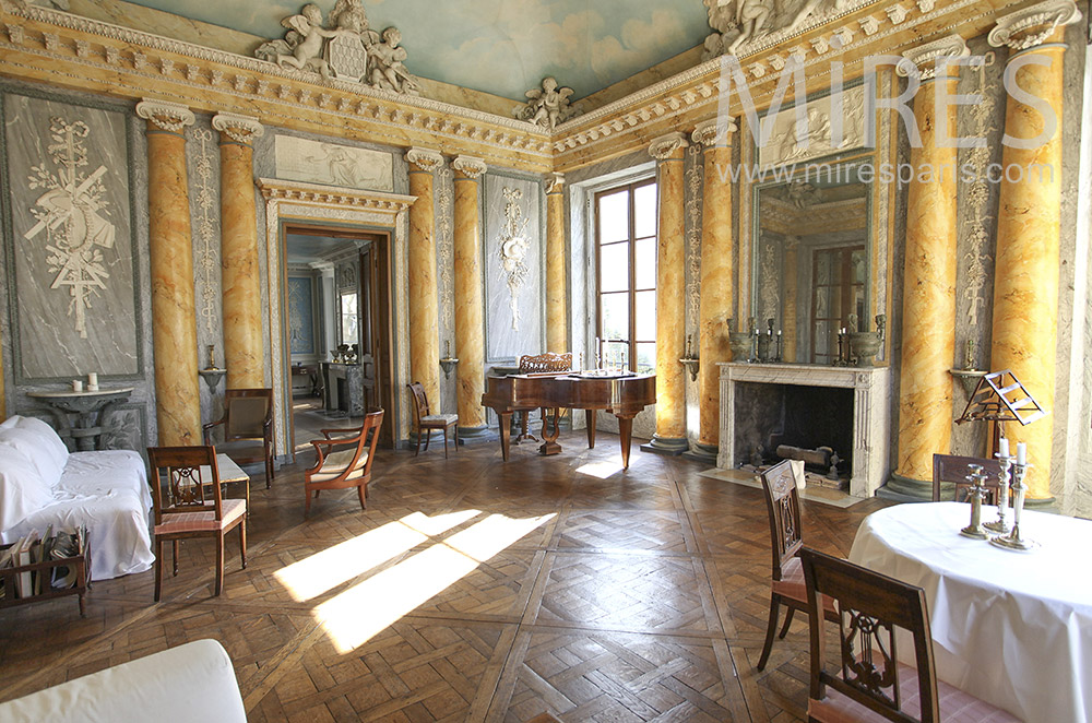 Lounge and Versailles floor. C0622