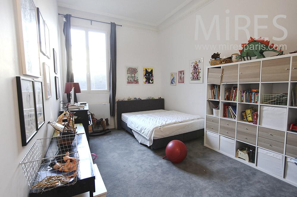 Chambre avec rangements et moquette grise. C1291