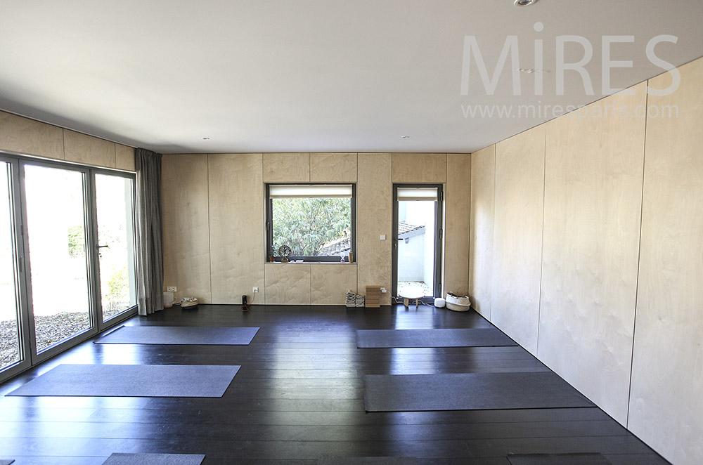 Salle de yoga, plancher noir. C1598