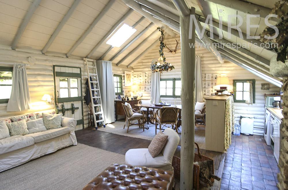 Salon et salle à manger en rondins de bois. C1599