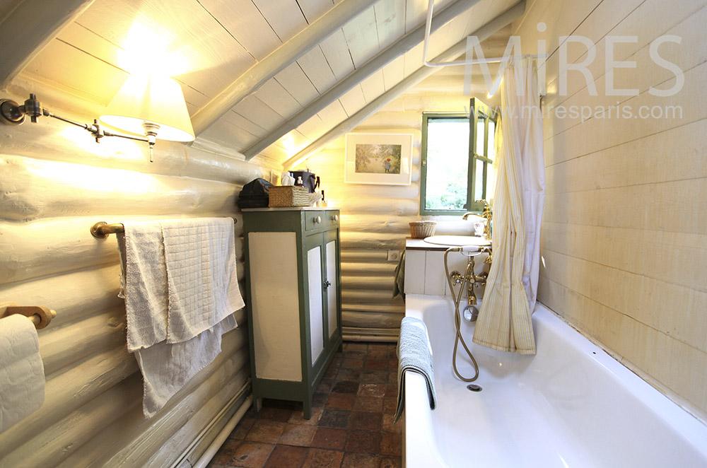 Salle de bains en bois. C1599