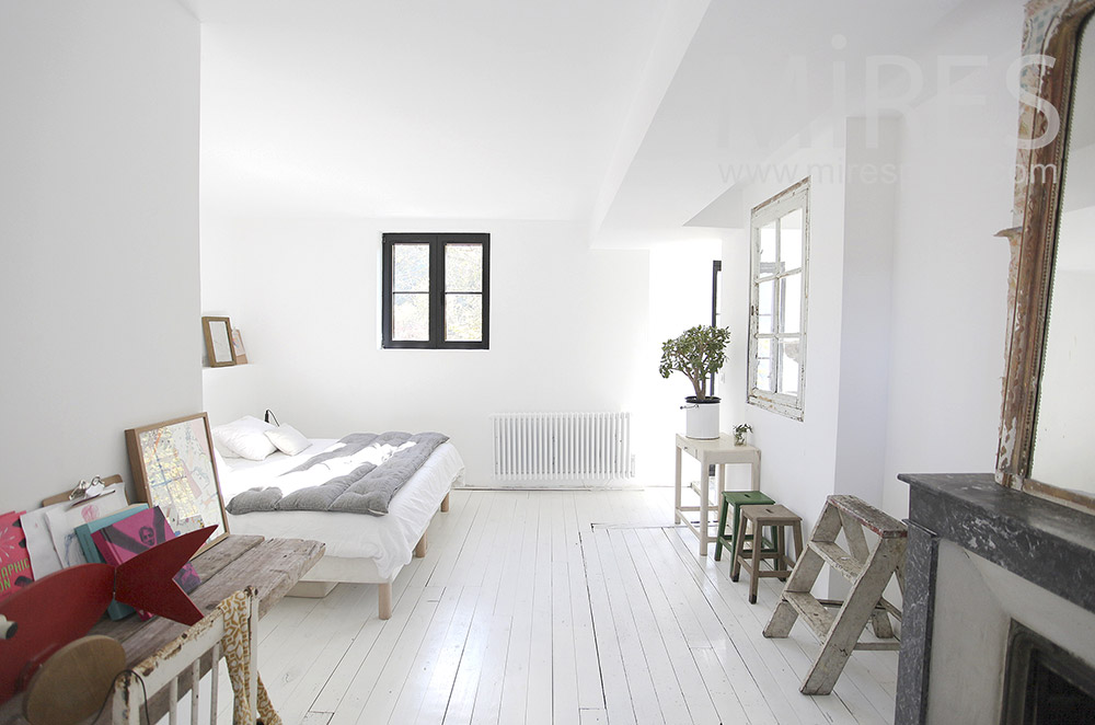 White room and old wood. C1603