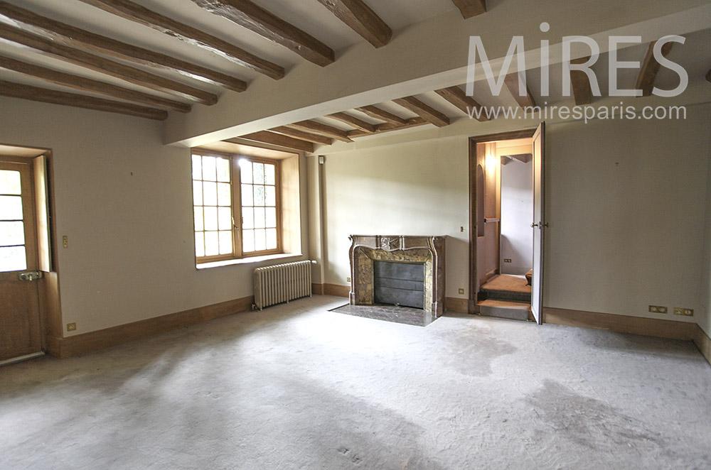 Chambre vide, poutres et moquette blanche. C1604
