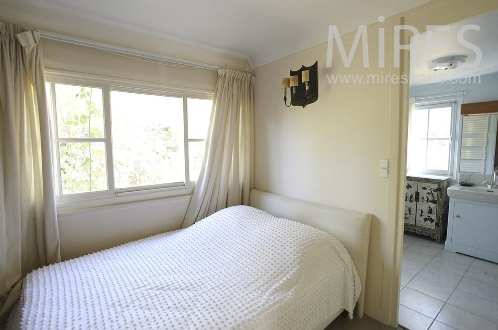 Broken white room. C1605
