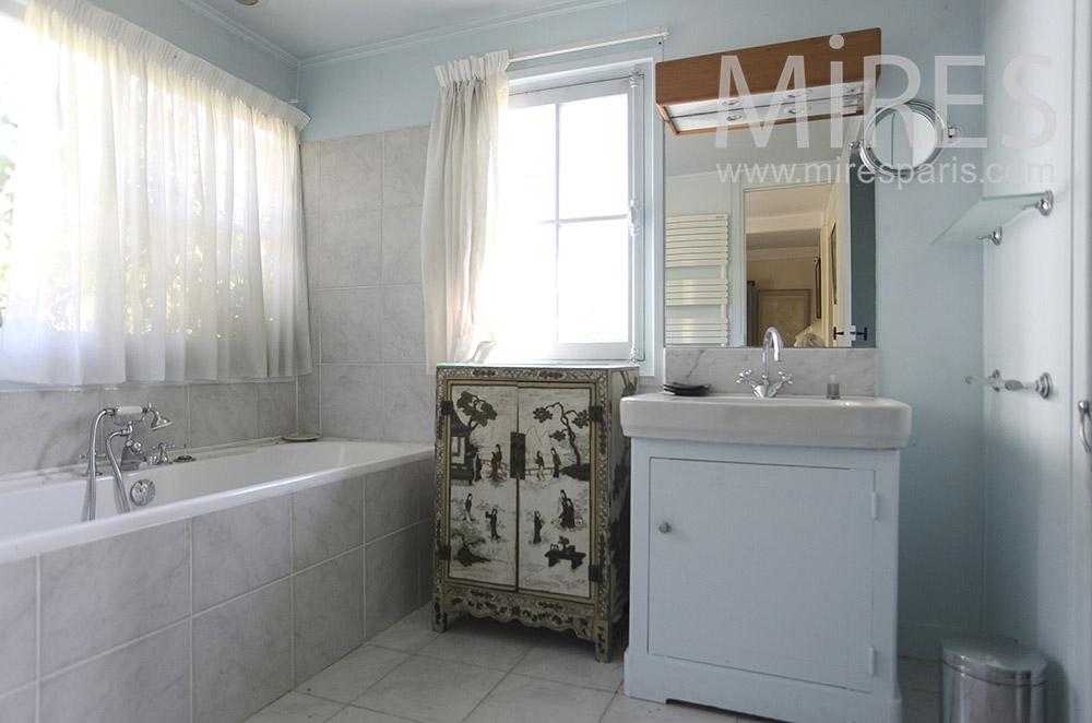 Salle de bains bleu délavé. C1605