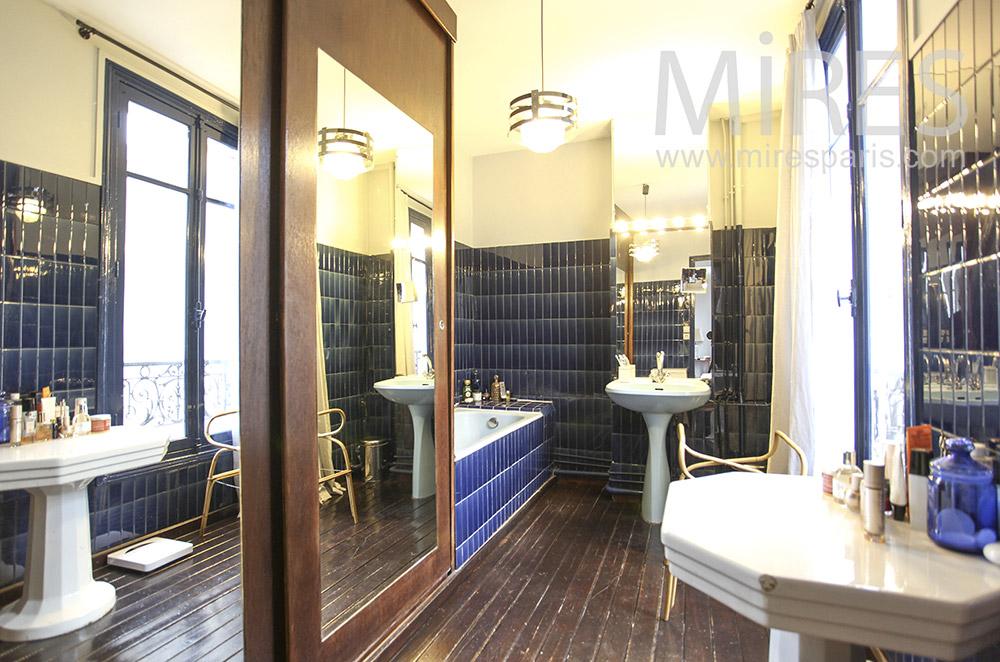 Salle de bains attenante à miroirs. C1621