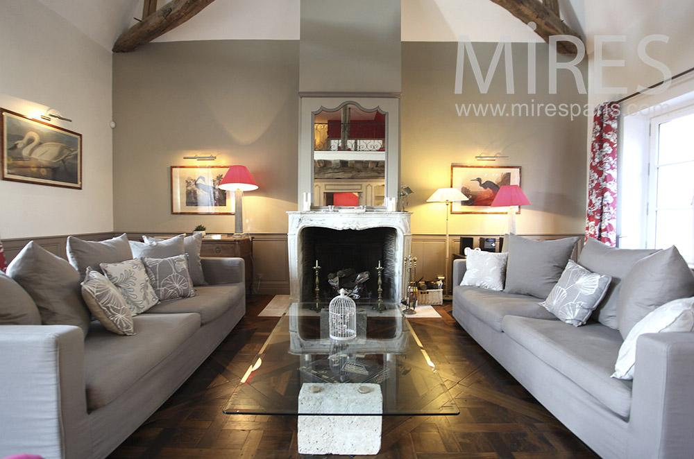 Salon symétrique et cheminée en marbre. C1630
