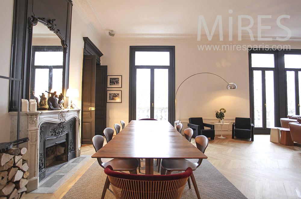 Table longue et belle cheminée. C1634