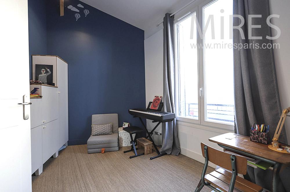 Bureau d'écolier et piano électrique. C1641