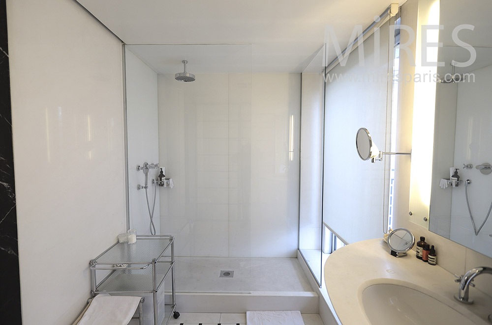 Douche et baie vitrée. C1635