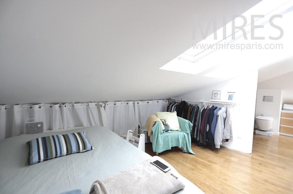 Chambre mansardée avec douche. C1651