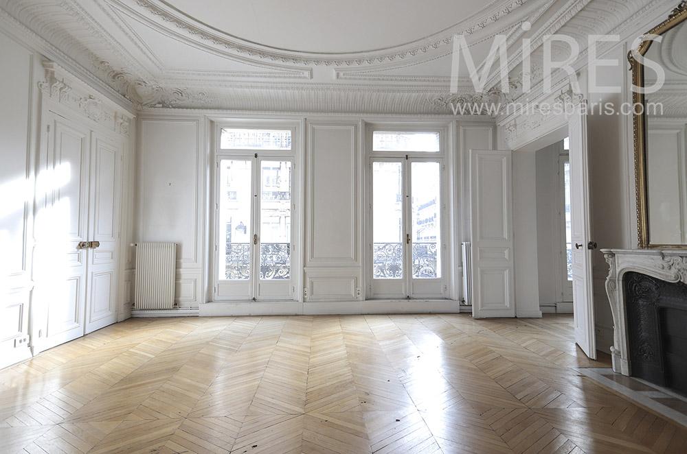 Salon haussmannien déserté. C1653