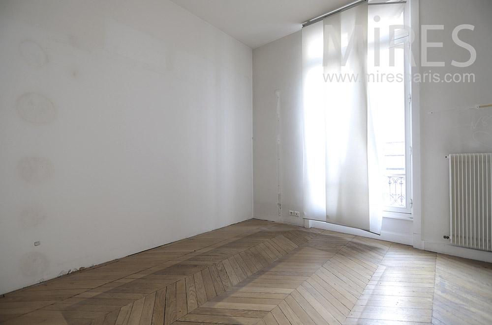 Chambre vide avec rideaux. C1653