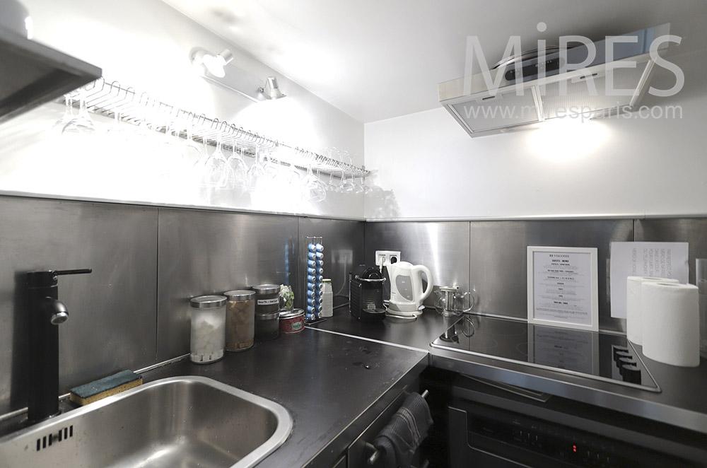 Kitchenette noire et blanche. C1656