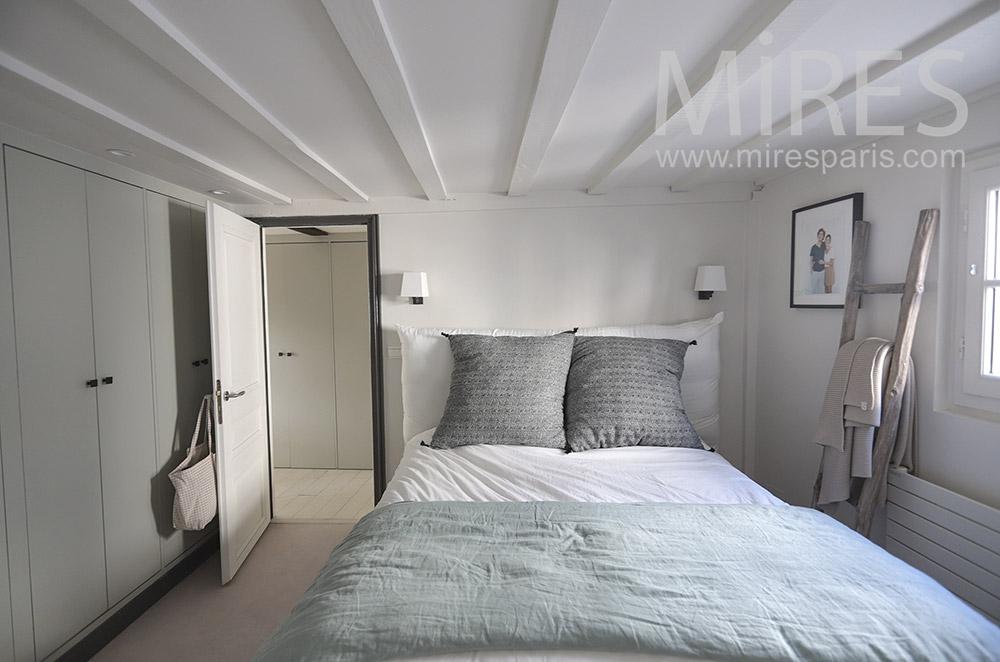 Chambre vintage blanche avec bains. C1657 | Mires Paris
