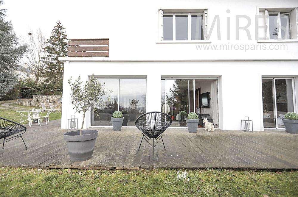 Large terrasse en bois. C1673
