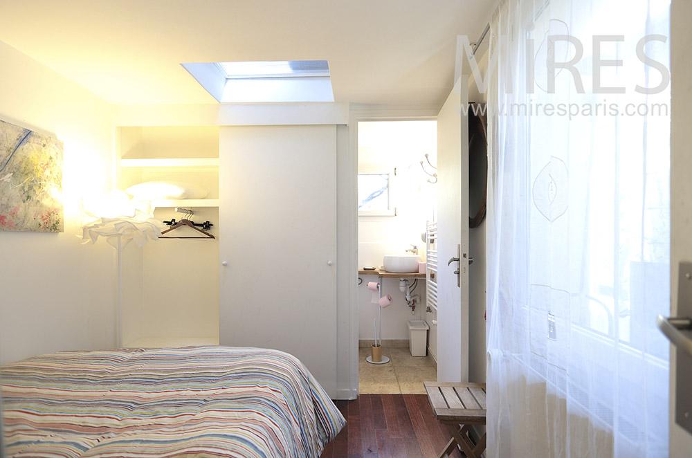 Chambre avec commodités. C1682
