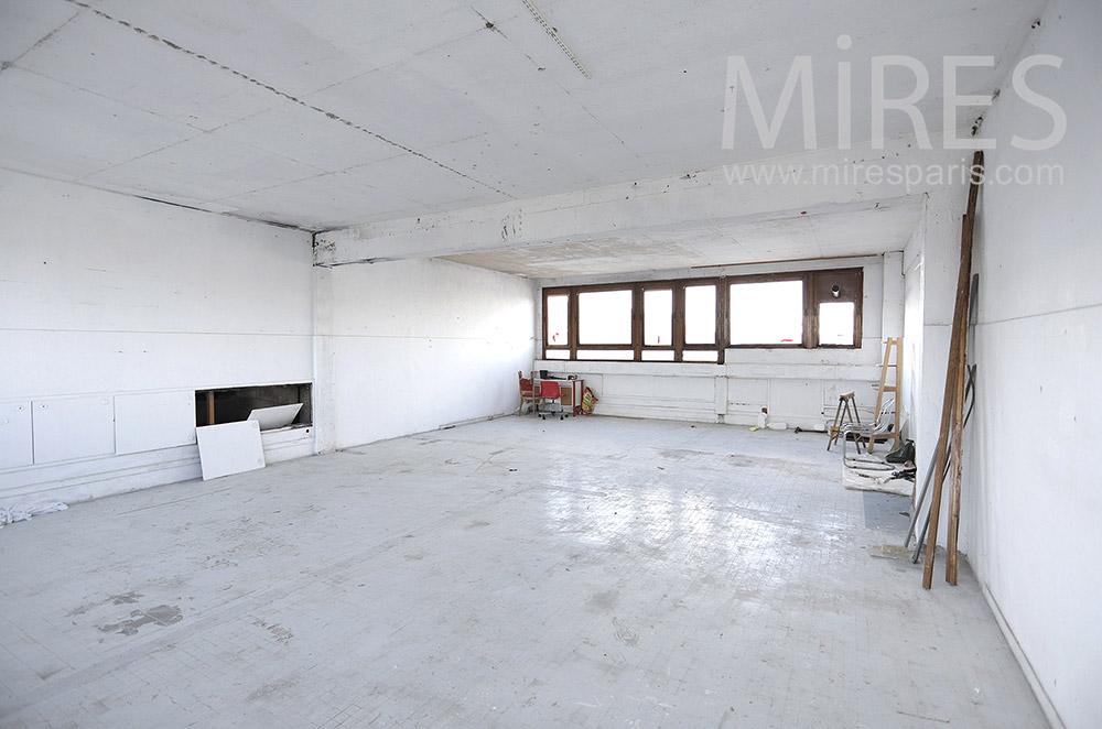 Studio blanc délabré. C1688