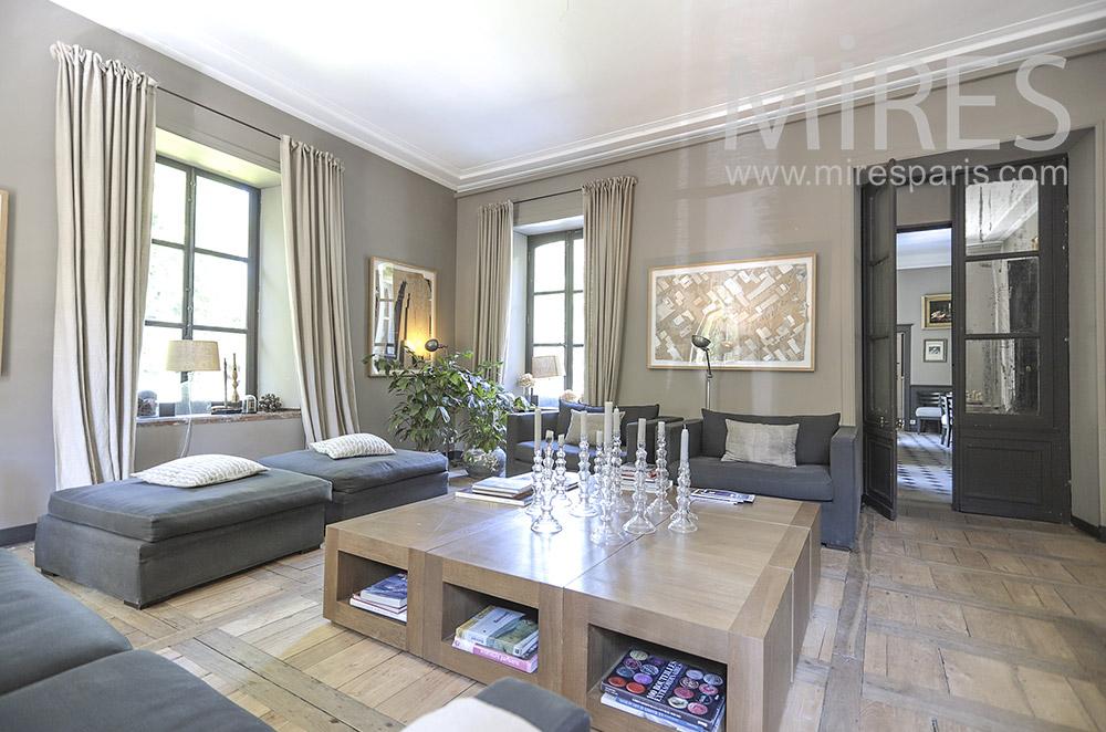 Confortable salon carré. C0074