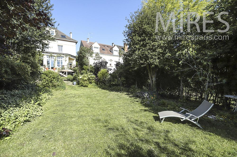 Jardin de maison de banlieue. C1697