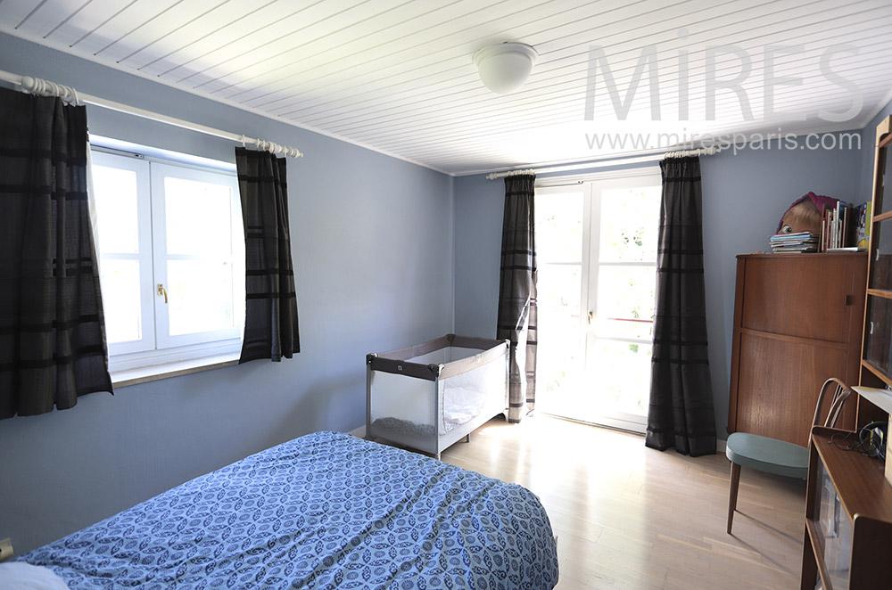 Chambre avec lit bébé. C1704