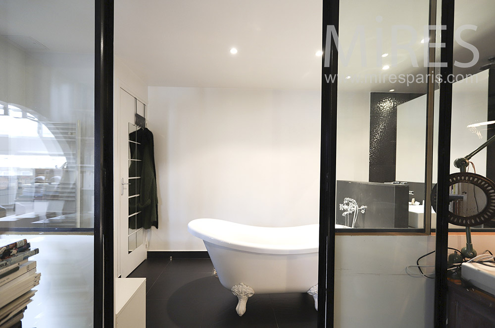 Black and white shower bath. C0272