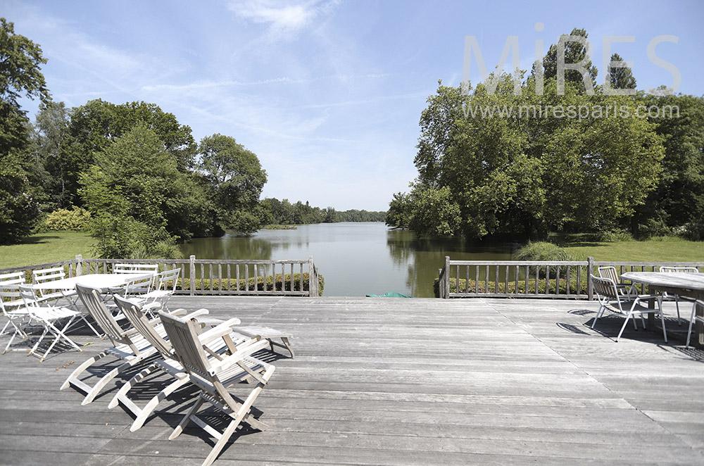 Grande terrasse bois au bord de l'eau. C0296